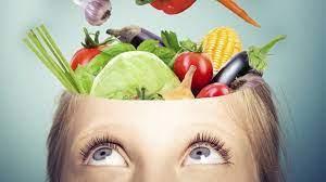Cabeza de la que salen frutas y verduras